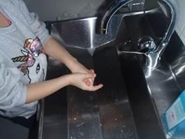 2. Stäng av kranen, tvåla in händerna